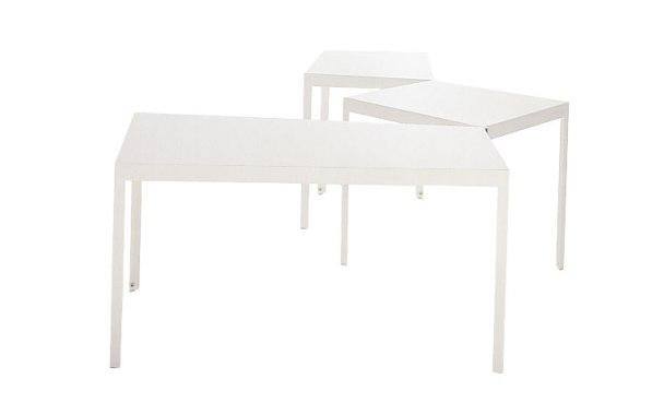 un tavolo plasmabile in diverse soluzioni spaziali di Depadova